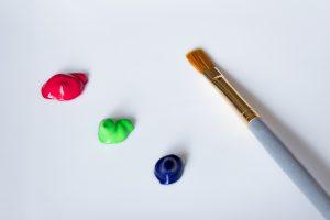 水彩絵の具と絵筆