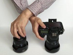 レンズ交換-腕をクロス